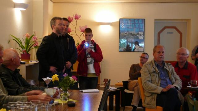 Jeremy-Lee Roeper filmt die Eröffnung des Cafés der Sieben Künste